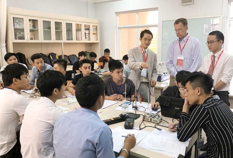 Các chuyên gia đánh giá ABET trong buổi làm việc tại Trường ĐH Duy Tân. Ảnh: T.S