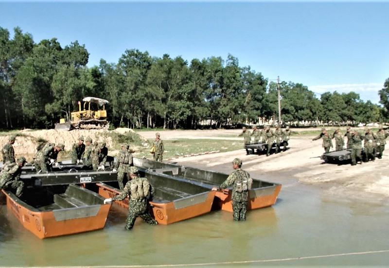 Trung đội 11, Đại đội 13, Tiểu đoàn 4, Lữ đoàn công binh 270 thực hành lắp ghép phà VSN-1500. Ảnh: T.T