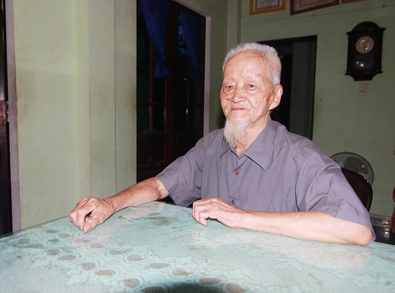 Ông Trần Văn Tuyền, cán bộ tiền khởi nghĩa, nay sống ở phường Hòa Hương, TP.Tam Kỳ. Ảnh: T.C