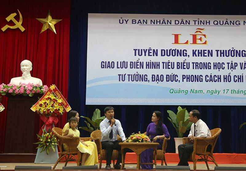 UBND tỉnh tổ chức giao lưu các gương điển hình về thực hiện Chỉ thị 05 của Bộ Chính trị (khóa XII) nhân kỷ niệm 129 năm Ngày sinh nhật Bác Hồ.Ảnh: NG.ĐOAN