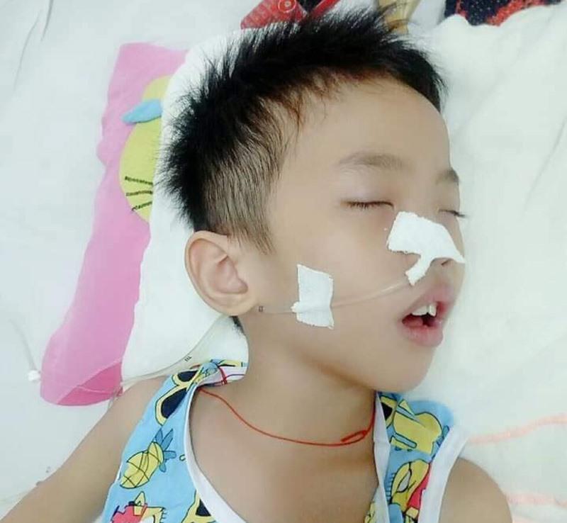 Cháu Phan Đình Thành Trung đang nằm điều trị tại bệnh viện. (Ảnh do gia đình cung cấp)