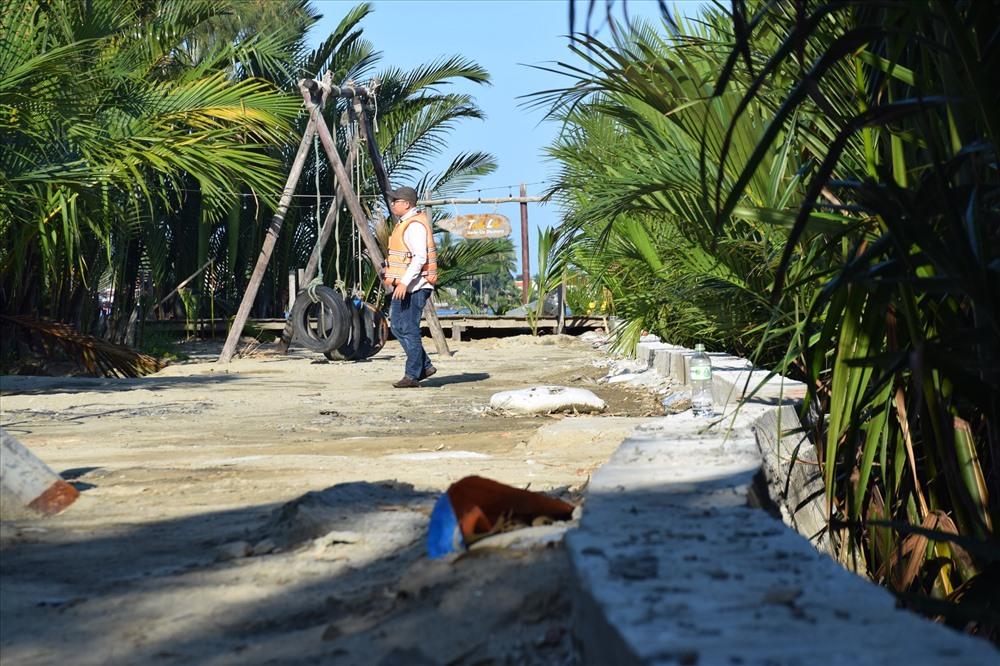 Bờ kè xây dựng chiếm đất Nhà nước trong khu rừng dừa. Ảnh: THANH THẮNG