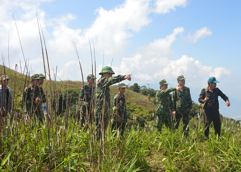 Đoàn công tác Ban chỉ đạo 515 tỉnh khảo sát tại điểm cao 1062 chuẩn bị cho công tác quy tập hài cốt liệt sĩ. Ảnh: T.P
