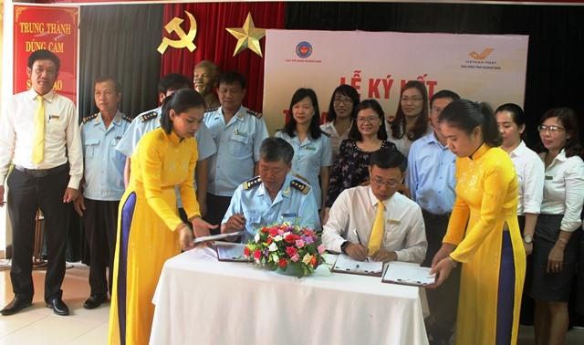 Lãnh đạo Bưu điện Quảng Nam và Cục Hải quan Quảng Nam ký kết quy chế phối hợp. Ảnh: HOÀNG LIÊN