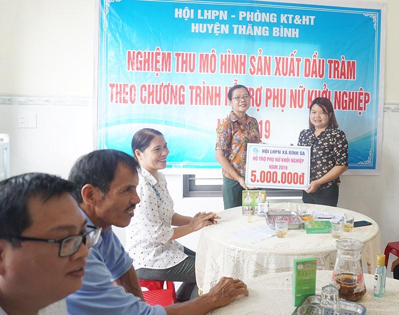 Hội LHPN huyện Thăng Bình hỗ trợ khởi nghiệp cho sản phẩm dầu tràm Linh Vũ của chị Bùi Thị Nguyệt (thôn Tây Giang xã Bình Sa). Ảnh: G.B