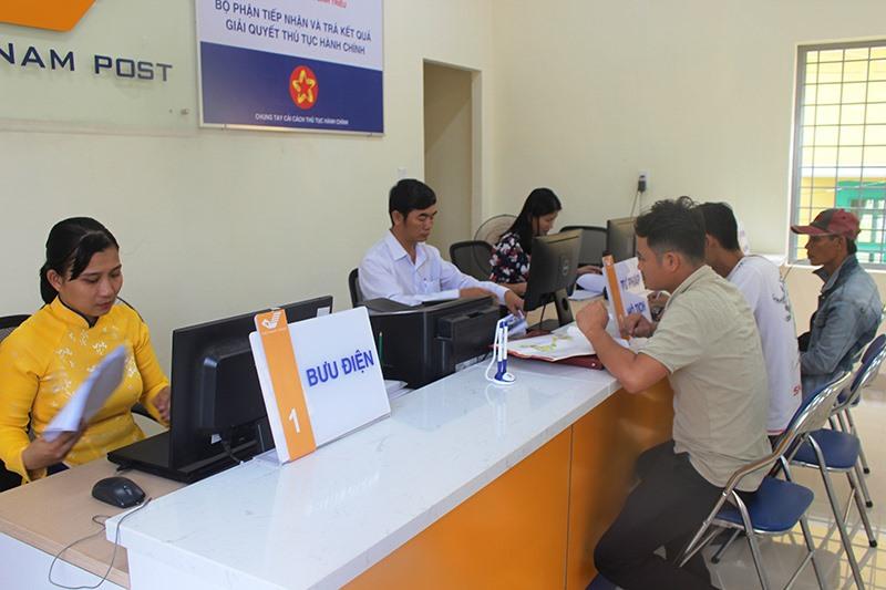 Tiếp nhận và giải quyết các TTHC cho người dân, doanh nghiệp tại BĐ văn hóa xã Bình Triều (Thăng Bình). Ảnh: H.LIÊN