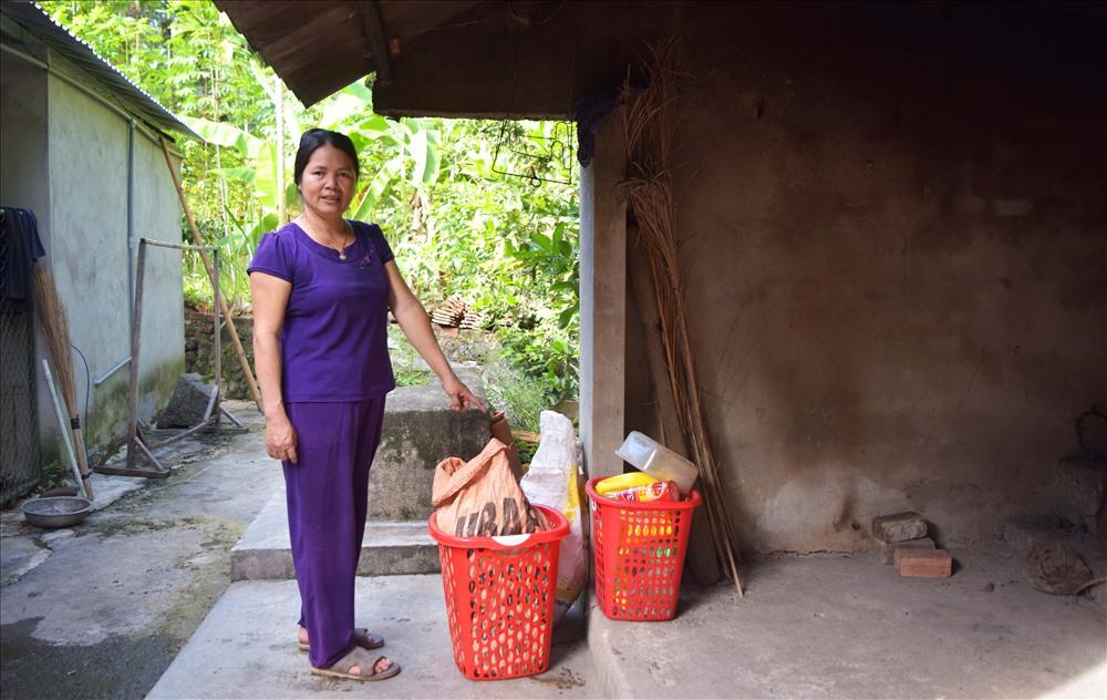 Chị Nguyễn Thị Hương phân loại rác tại gia đình. Ảnh: THÁI CƯỜNG