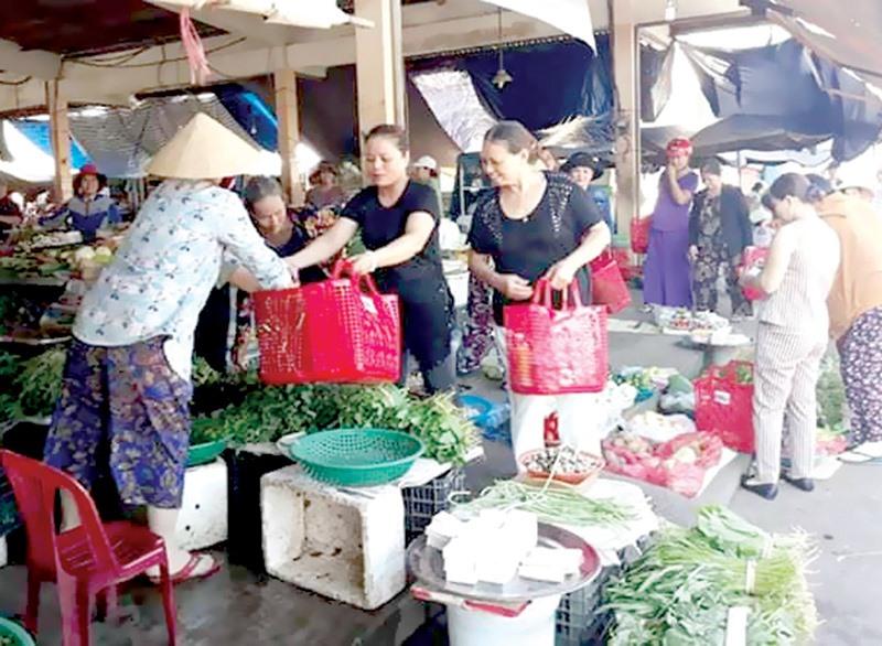 Đi chợ bằng giỏ nhựa - phong trào đang được chị em phụ nữ hưởng ứng.