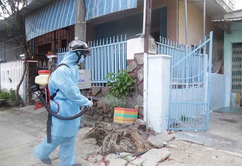 Phun hóa chất diệt muỗi, xử lý ổ dịch. Ảnh: Thảo Nguyên