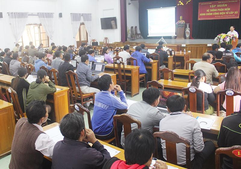 Gần 100 học viên ở cấp xã tham gia tập huấn hệ thống phần mềm Hành chính công điện tử.