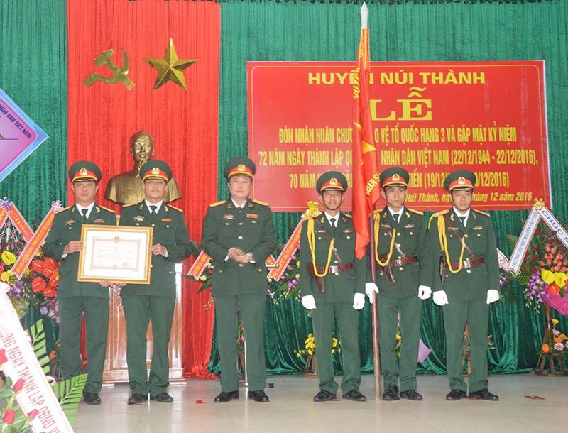 Lực lượng vũ trang huyện Núi Thành đón nhận Huân chương Bảo vệ Tổ quốc hạng 3. Ảnh: D.LÊ