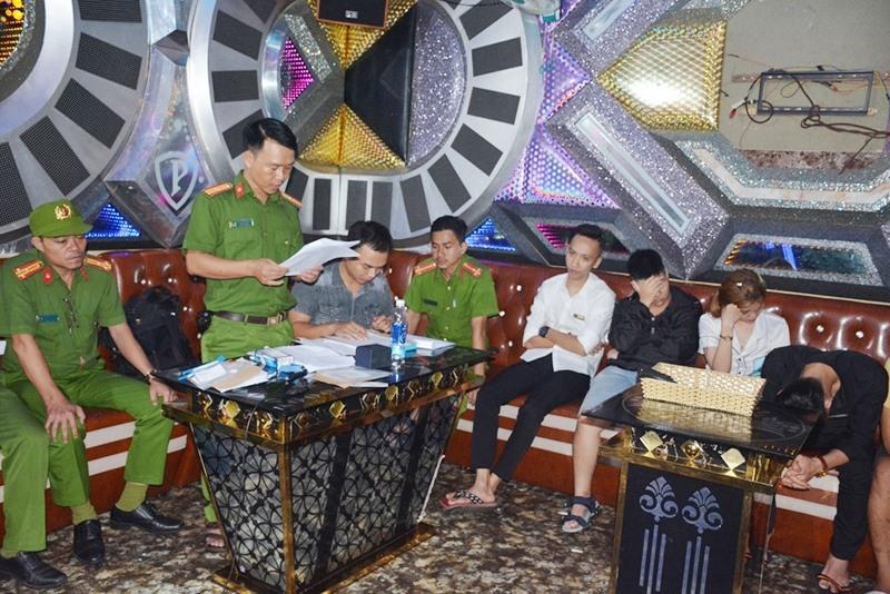 Lực lượng công an đọc biên bản kiểm tra sở kinh doanh karaoke Paraside. Ảnh: XUÂN MAI