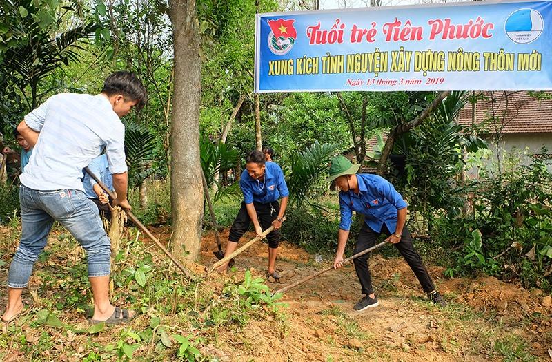 Tuổi trẻ Tiên Phước xung kích tình nguyện xây dựng Nông thôn mới. Ảnh: THÁI CƯỜNG
