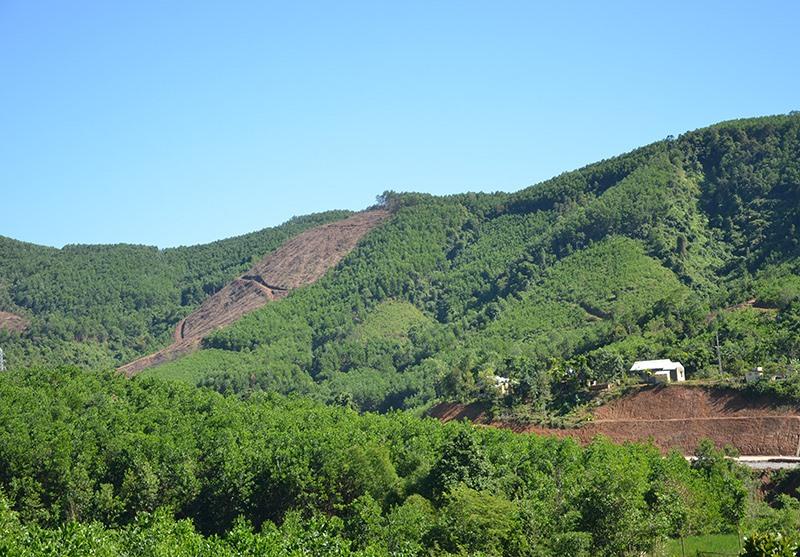 Miền núi gặp nhiều vướng mắc trong cấp giấy chứng nhận quyền sử dụng đất. Ảnh: H.P