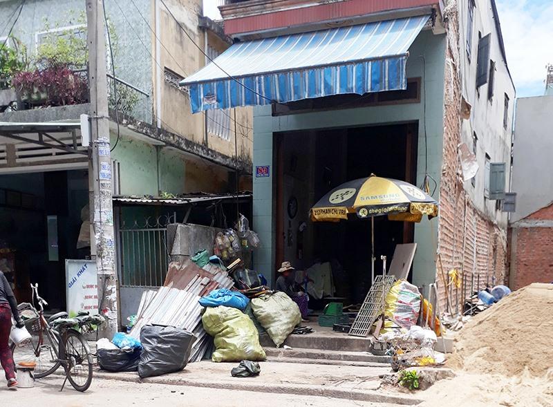 Người dân và chính quyền phường Phước Hòa kiến nghị di dời các cơ sở thu mua phế liệu, gò hàn ra xa khu dân cư. Ảnh: X.T