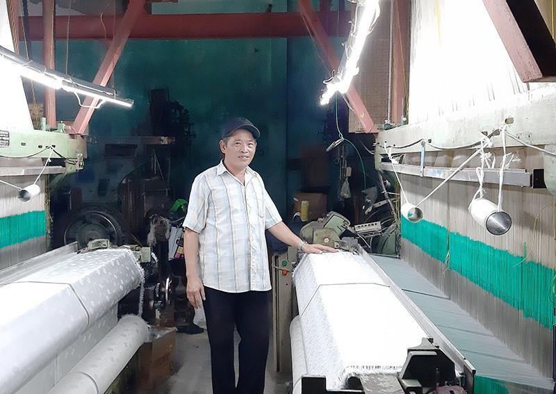 Ông Nguyễn Hữu Phương – Giám đốc Công ty TNHH Lụa Mã Châu đang miệt mài chế tạo máy dệt lụa công nghiệp. Ảnh: H.N