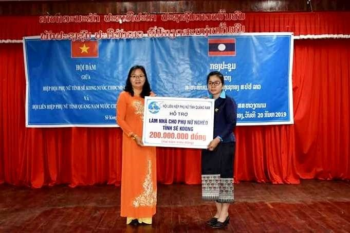 Truong Thi Loc – President of Quang Nam Women's Union (left) gives a gift to Sekong Women's Union.