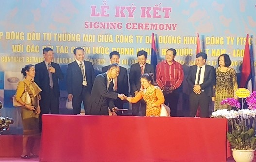 The cooperative signing ceremony between Dai Duong Kinh Company and Laos' Pakxe Construction and Materials Company.