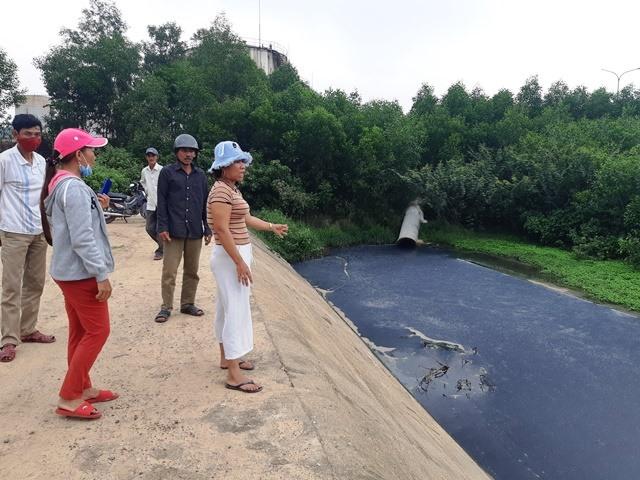Nguồn nước đen kịt tại khu vực cống xả thải ra môi trường. Ảnh: H.L