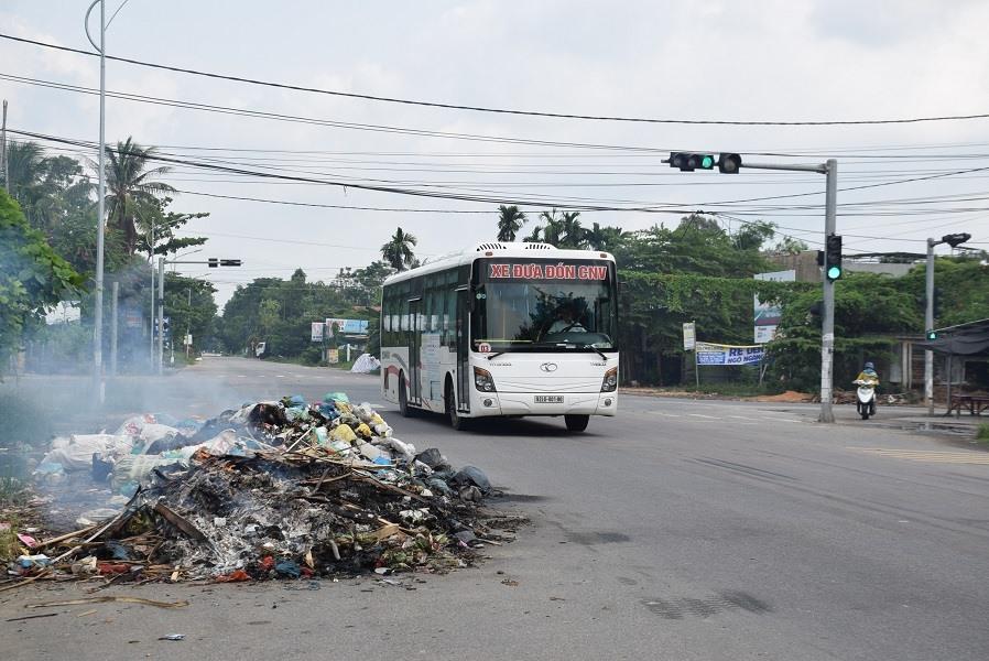 Người dân đốt rác thải tại tuyến quốc lộ 40B đoạn qua phường Trường Xuân (TP.Tam Kỳ). Ảnh: THANH THẮNG