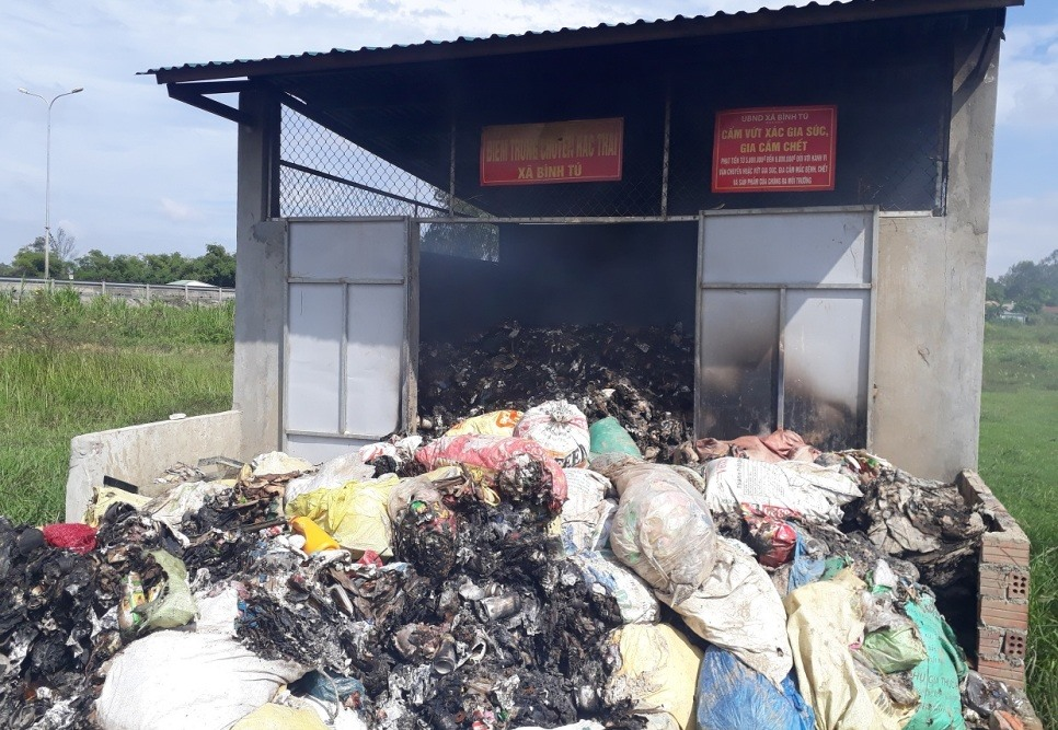 Khu vực tập trung rác thải ở xã Bình Tú bị cháy bốc mùi khét nồng nặc. Ảnh: LÊ VƯƠNG