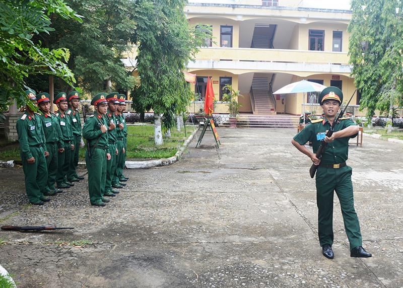 Nội dung thi huấn luyện điều lệnh đội ngũ. Ảnh: THANH PHƯỚC