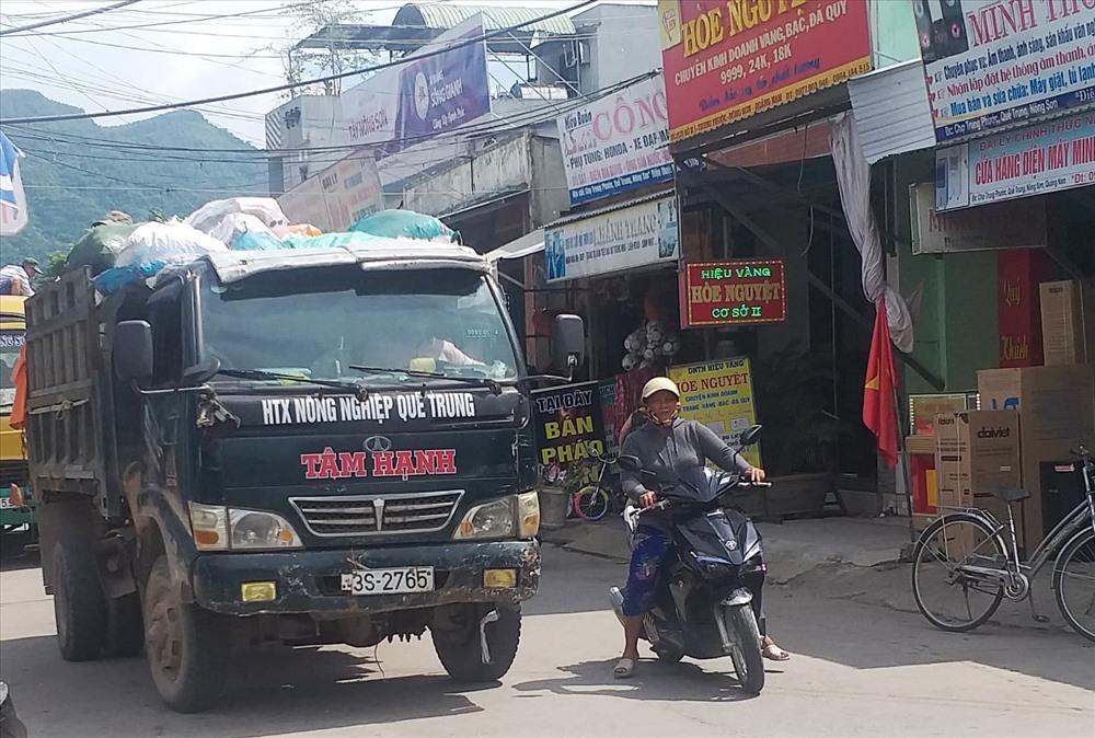 Xe tải của HTX Nông nghiệp Quế Trung thực hiện thu gom, vận chuyển rác. Ảnh: PHAN VINH