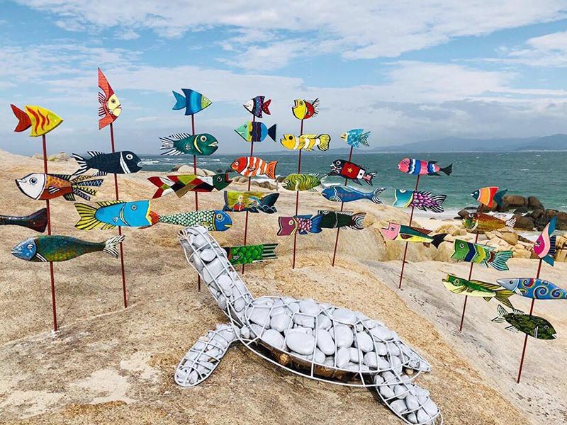Mô hình cá nóc ăn rác tại cảng Cửa Đại được các doanh nghiệp thực hiện nhằm giữ môi trường sạch đẹp. Ảnh: V.L