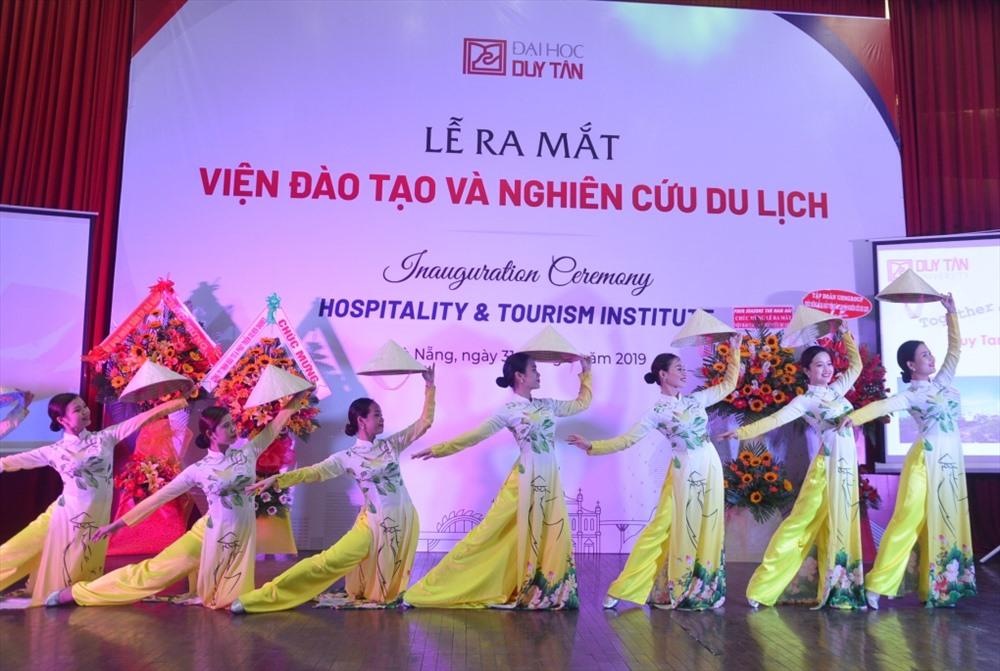 Tiết mục múa mừng ra mắt Viện Đào tạo và nghiên cứu du lịch - Đại học Duy Tân. Ảnh: N.T.B