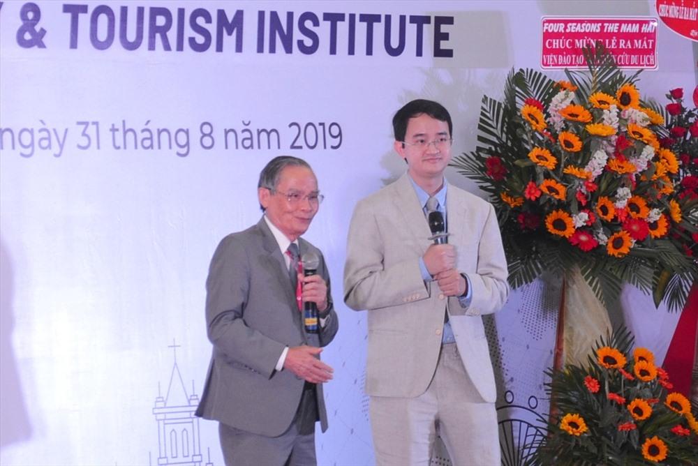 Anh hùng lao động, Nhà giáo ưu tú Lê Công Cơ, Chủ tịch HĐQT Trường Đại học Duy Tân (trái) phát biểu tại buổi lễ. Ảnh: N.T.B