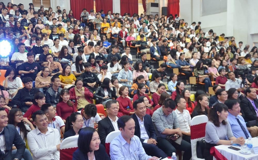 Đông đảo đại biểu và sinh viên nhà trường tham dự buổi lễ. Ảnh: N.T.B