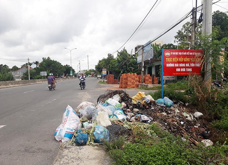 Rác thải tập kết dọc quốc lộ đoạn qua thôn Phú Bình, xã Tam Xuân 1 (Núi Thành)Ảnh: T.H