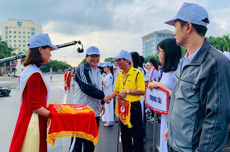 Ông Nguyễn Hoàng Minh - Phó Chủ tịch HĐND tỉnh tặng hoa các đội tham dự giải.