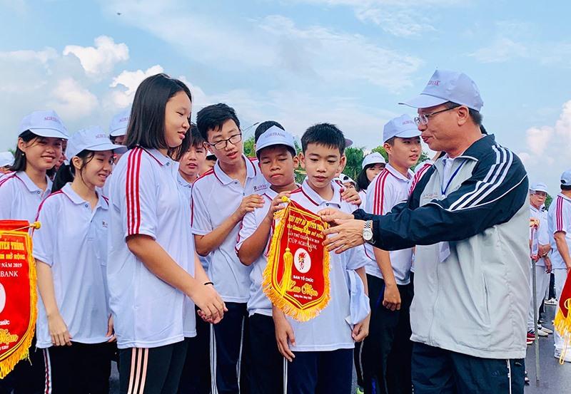 Ông Lê Văn Nhi - Tổng Biên tập Báo Quảng Nam, Trưởng ban tổ chức giải tặng cờ lưu niệm các VĐV.
