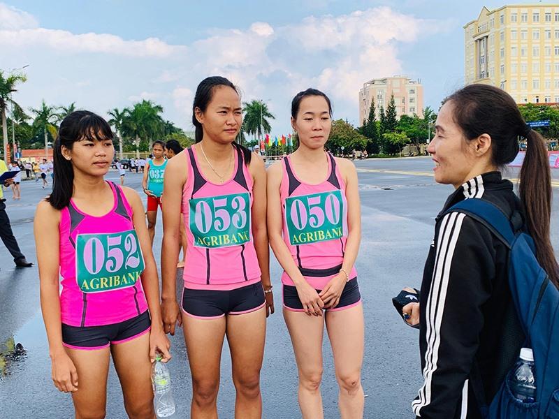Bà Hoàng Thị Huyền Nga động viên các VĐV của đoàn Khánh Hòa.