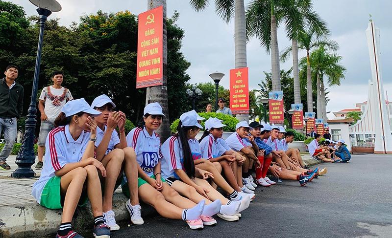 Các VĐV nữ chờ vào đường chạy.
