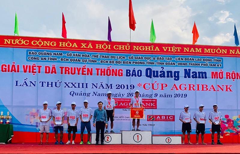 Ban tổ chức trao giải cho các VĐV nội dung 3.000m phong trào.