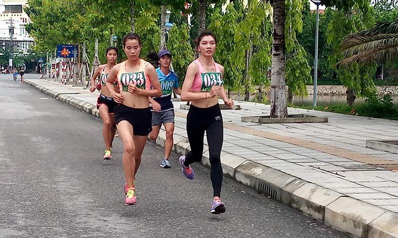 Các VĐV nữ trên đường chạy.