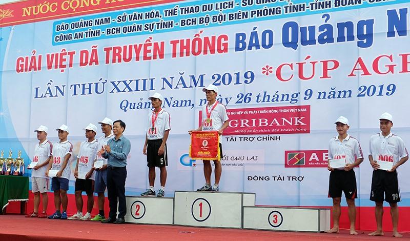 Trao huy chương vàng cho VĐV Đỗ Thanh Ly - Bộ Chỉ huy Quân sự tỉnh, về nhất nội dung 3.000m phong trào.