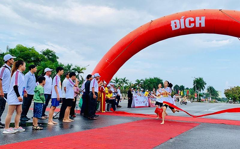 VĐV Nguyễn Hoàng Vân - Phòng GD-ĐT huyện Duy Xuyên về nhất.