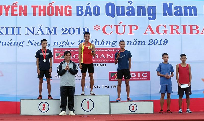 Ban tổ chức trao huy chương vàng cho VĐV Lê Quang Hòa - Quảng Trị, về nhất 10.000m nam khối các tỉnh, thành phố, ngành.