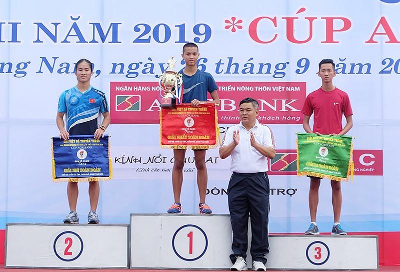 Trao cúp và cờ giải nhất toàn đoàn khối đội tuyển các tỉnh, thành phố, ngành cho Trung tâm Huấn luyện quốc gia Đà Nẵng.