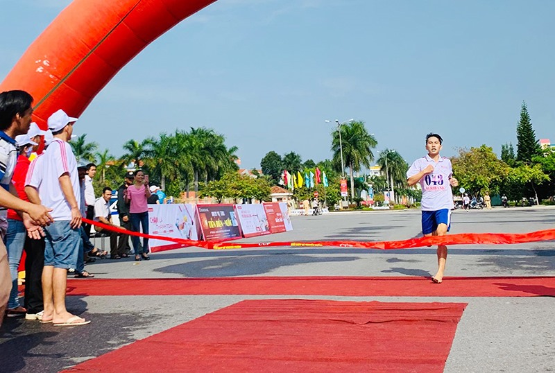 VĐV Đoàn Ngọc Thịnh - Trường THPT Hồ Nghinh (Duy Xuyên) về nhất 2.000m nam khối THPT.