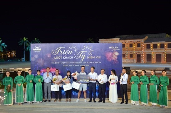 The one millionth audience of Hoi An Memories show (middle)