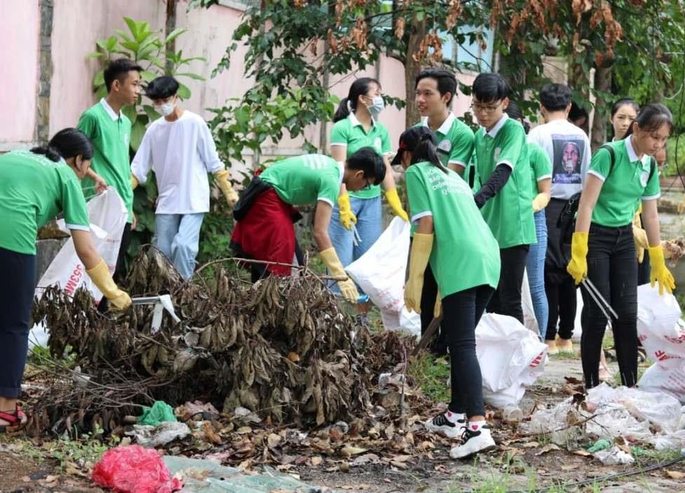 Các bạn trẻ dọn rác tại Khu công nghiệp Trường Xuân. Ảnh: K.L
