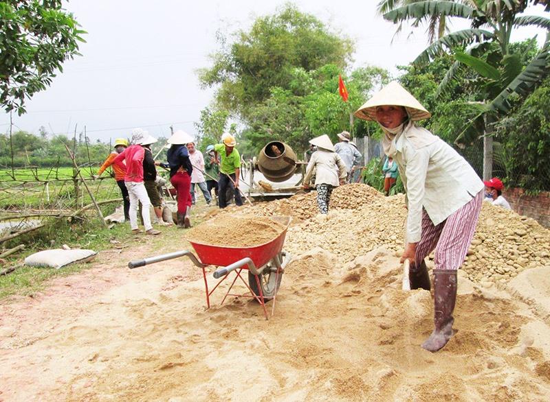 Những năm qua, nhân dân nhiều địa phương trong tỉnh tích cực tham gia xây dựng kết cấu hạ tầng nông thôn. Ảnh: VĂN SỰ