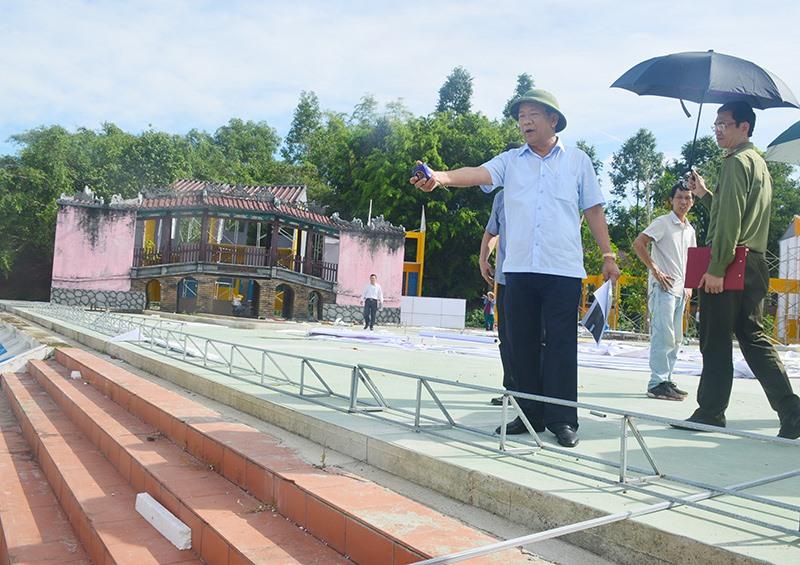 Chủ tịch UBND tỉnh Đinh Văn Thu kiểm tra quá trình lắp đặt sân khấu tại Mỹ Sơn.