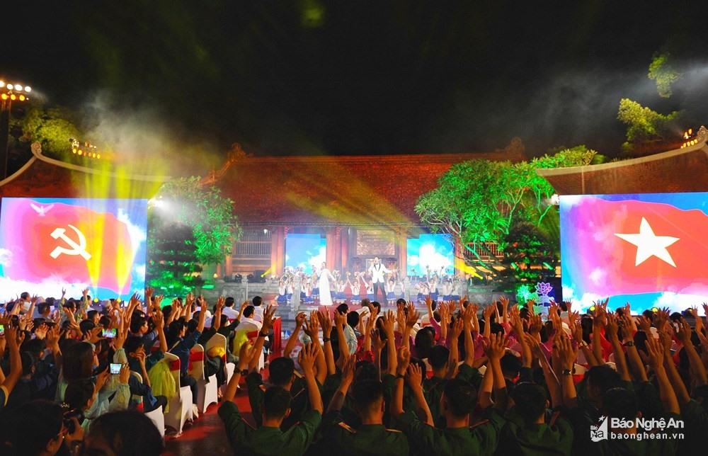 """Đông đảo người dân tham dự chương trình """"Bài ca kết đoàn"""" tại điểm cầu Nghệ An. Ảnh: Báo Nghệ An"""