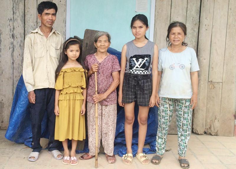 Gia đình em Hà Thị Mỹ Trinh cùng chung sống trong một mái nhà cấp 4 đã xuống cấp. Ảnh: N.Q