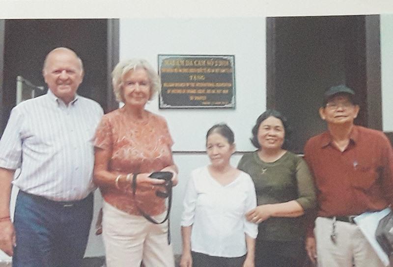 Anh hùng LLVTND Võ Thị Hóa (người thứ 2 từ phải qua), Chủ tịch Hội Nạn nhân chất độc da cam/diôxin TP. Hội An cùng những người bạn Bỉ trong một hoạt động giúp đỡ nạn nhân da cam ở Hội An.